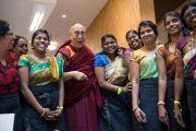 Его Святейшество Далай-лама с индийскими женщинами в традиционных одеяниях во время визита в Дом религий. Берн, Швейцария. 12 октября 2016 г. Фото: Мануэль Бауэр