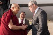 Мэр Берна Александр Чеппет приветствует Его Святейшество Далай-ламу по прибытии в аэропорт Берна. Берн, Швейцария. 12 октября 2016 г. Фото: Мануэль Бауэр
