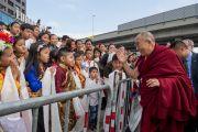 Его Святейшество Далай-лама приветствует юных тибетцев и монголов по прибытии в Дом религий. Берн, Швейцария. 12 октября 2016 г. Фото: Мануэль Бауэр