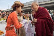 Члены тибетского и монгольского сообществ совершают традиционные подношения Его Святейшеству Далай-ламе, прибывшему в Дом религий. Берн, Швейцария. 12 октября 2016 г. Фото: Мануэль Бауэр