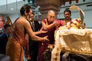 Его Святейшество Далай-лама принимает участие в традиционных церемониях в индуистском храме, расположенном в Доме религий. Берн, Швейцария. 12 октября 2016 г. Фото: Мануэль Бауэр