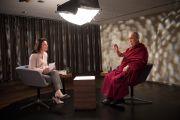 Его Святейшество Далай-лама дает интервью Амире Хафнер Аль-Джабаджи для программы швейцарского национального телевидения «Sternstunde Philosophie». Берн, Швейцария. 13 октября 2016 г. Фото: Мануэль Бауэр