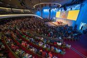 Его Святейшество Далай-лама выступает с публичной лекцией о диалоге и солидарности в конференц-центре Kursaal Arena. Берн, Швейцария. 13 октября 2016 г. Фото: Мануэль Бауэр