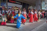 Тибетцы исполняют традиционный танец, встречая Его Святейшество Далай-ламу, прибывшего в свой отель в Цюрихе. Цюрих, Швейцария. 13 октября 2016 г. Фото: Мануэль Бауэр