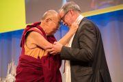 По завершении публичной лекции Его Святейшество Далай-лама выражает признательность мэру Берна Александру Чеппету за помощь в организации его визита. Берн, Швейцария. 13 октября 2016 г. Фото: Мануэль Бауэр