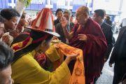 Тибетцы из местного тибетского сообщества подносят традиционное приветствие Его Святейшеству Далай-ламе, прибывшему в свой отель в Цюрихе. Цюрих, Швейцария. 13 октября 2016 г. Фото: Мануэль Бауэр