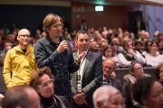 Один из слушателей задает вопрос Его Святейшеству Далай-ламе во время публичной лекции о диалоге и солидарности. Берн, Швейцария. 13 октября 2016 г. Фото: Мануэль Бауэр