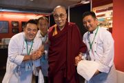 Его Святейшество Далай-лама фотографируется с поварами во время обеденного перерыва между сессиями учений. Цюрих, Швейцария. 14 октября 2016 г. Фото: Мануэль Бауэр