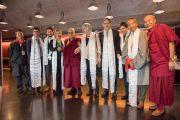 Его Святейшество Далай-лама с членами парламентской группы поддержки Тибета в Швейцарии во время обеденного перерыва между сессиями учений. Цюрих, Швейцария. 14 октября 2016 г. Фото: Мануэль Бауэр