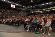 Аудитория во время молебна о долгой жизни Его Святейшества Далай-ламы на стадионе Халлен. Цюрих, Швейцария. 14 октября 2016 г. Фото: Мануэль Бауэр