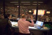 Переводчик на немецкий язык во время учений Его Святейшества Далай-ламы на стадионе Халлен. Цюрих, Швейцария. 14 октября 2016 г. Фото: Мануэль Бауэр