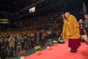 Его Святейшество Далай-лама приветствует слушателей, поднявшись на сцену стадиона Халлен. Цюрих, Швейцария. 14 октября 2016 г. Фото: Мануэль Бауэр