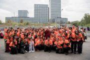 Его Святейшество Далай-лама фотографируется с волонтерами у стадиона Халлен по завершении учений. Цюрих, Швейцария. 14 октября 2016 г. Фото: Мануэль Бауэр