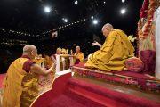 Монахи совершают ритуальные подношения во время молебна о долгой жизни Его Святейшества Далай-ламы. Цюрих, Швейцария. 14 октября 2016 г. Фото: Мануэль Бауэр