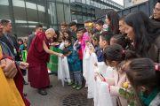 Его Святейшество Далай-лама приветствует своих почитателей по прибытии на стадион Халлен. Цюрих, Швейцария. 14 октября 2016 г. Фото: Мануэль Бауэр