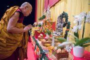 Его Святейшество Далай-лама у алтаря на сцене стадиона Халлен. Цюрих, Швейцария. 14 октября 2016 г. Фото: Мануэль Бауэр