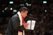 По окончании учений Тензин Ньингбу, президент тибетских сообществ Швейцарии и Лихтенштейна, зачитывает отчет об организации визита Его Святейшества Далай-ламы. Цюрих, Швейцария. 14 октября 2016 г. Фото: Мануэль Бауэр