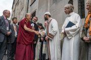 Его Святейшество Далай-лама приветствует представителей различных религий по прибытии в собор Гроссмюнстер на межконфессиональный молебен о мире. Цюрих, Швейцария. 15 октября 2016 г. Фото: Тензин Чойджор (офис ЕСДЛ)