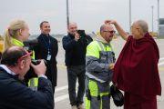 Его Святейшество Далай-лама шутливо благодарит сотрудников наземной службы по прибытии в аэропорт Братиславы. Братислава, Словакия. 15 октября 2016 г. Фото: Томаш Халаш