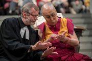 Его Святейшество Далай-лама и настоятель собора Гроссмюнстер Кристоф Сигрист рассматривают линии на руках. Цюрих, Швейцария. 15 октября 2016 г. Фото: Мануэль Бауэр