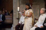 Представительница индуизма Онтига Периятамби выступает с обращением к участникам межконфессионального молебна о мире в соборе Гроссмюнстер. Цюрих, Швейцария. 15 октября 2016 г. Фото: Мануэль Бауэр