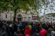 Более семисот человек смотрят трансляцию межконфессионального молебна о мире на большом мониторе у здания собора Гроссмюнстер. Цюрих, Швейцария. 15 октября 2016 г. Фото: Тензин Чойджор (офис ЕСДЛ).