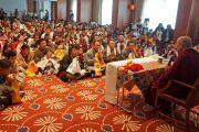 Его Святейшество Далай-лама во время встречи с тибетцами, в большинстве своем прибывшими из Австрии. Братислава, Словакия. 16 октября 2016 г. Фото: Джереми Рассел (офис ЕСДЛ)