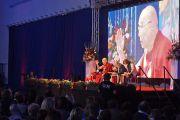 Его Святейшество Далай-лама выступает с публичной лекцией в Национальном теннисном центре. Братислава, Словакия. 16 октября 2016 г. Фото: Джереми Рассел (офис ЕСДЛ)