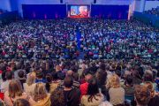 Вид на сцену Национального теннисного центра во время публичной лекции Его Святейшества Далай-ламы. Братислава, Словакия. 16 октября 2016 г. Фото: Сомоджи