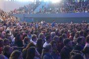 Слушатели выстроились в очередь, чтобы задать вопрос Его Святейшеству Далай-ламе во время публичной лекции в Национальном теннисном центре. Братислава, Словакия. 16 октября 2016 г. Фото: Джереми Рассел (офис ЕСДЛ)