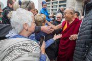 Его Святейшество Далай-лама приветствует своих почитателей по прибытии в университет им. Коменского. Братислава, Словакия. 16 октября 2016 г. Фото: Сомоджи