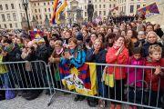 Поклонники и почитатели, собравшиеся на Градчанской площади, чтобы поприветствовать Его Святейшество Далай-ламу. Прага, Чехия. 17 октября 2016 г. Фото: Оливье Адам