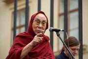 Его Святейшество Далай-лама обращается к собравшимся на Градчанской площади. Прага, Чехия. 17 октября 2016 г. Фото: Оливье Адам