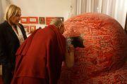 По просьбе Дагмар Гавловой, вдовы первого президента Чехии Вацлава Гавела, Его Святейшество Далай-лама подписывает большое красное сердце, которое станет частью мемориальной экспозиции в память о президенте Гавеле. Прага, Чехия. 17 октября 2016 г. Фото: Джереми Рассел (офис ЕСДЛ)