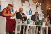 Его Святейшество Далай-лама, Томас Халик, Сурендра Мунши и Манал аль-Шариф во время заключительного экспертного обсуждения по теме «Современный мир и вызовы, которые он нам бросает» в рамках «Форума 2000». Прага, Чехия. 18 октября 2016 г. Фото: Джереми Рассел (офис ЕСДЛ)