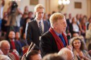Один из слушателей задает вопрос Его Святейшеству Далай-ламе во время заключительного экспертного обсуждения в рамках «Форума 2000». Прага, Чехия. 18 октября 2016 г. Фото: Ондрей Бесперат