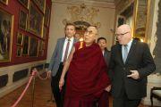 Его Святейшество Далай-лама в сопровождении министра культуры Даниэля Хермана. Прага, Чехия. 18 октября 2016 г. Фото: Ондрей Бесперат