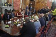 Его Святейшество Далай-лама во время встречи с группой парламентариев из Христианско-демократического союза – Чехословацкой народной партии. Прага, Чехия. 18 октября 2016 г. Фото: Ондрей Бесперат