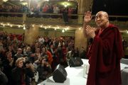 Его Святейшество Далай-лама приветствует своих почитателей по прибытии во дворец Люцерна. Прага, Чехия. 19 октября 2016 г. Фото: Ондрей Бесперат
