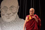 Его Святейшество Далай-лама выступает с публичной лекцией во дворце Люцерна. Прага, Чехия. 19 октября 2016 г. Фото: Оливье Адам
