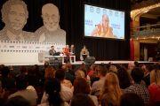 Вид на сцену в зале дворца Люцерна во время публичной лекции Его Святейшества Далай-ламы. Прага, Чехия. 19 октября 2016 г. Фото: Оливье Адам