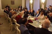 Его Святейшество Далай-лама во время встречи с сенаторами и депутатами, прошедшей в сенате чешского парламента. Прага, Чехия. 19 октября 2016 г. Фото: Джереми Рассел (офис ЕСДЛ)