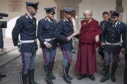 Его Святейшество Далай-лама общается с местными полицейскими во время визита в резиденцию кардинала Милана Анджело Сколы. Милан, Италия. 20 октября 2016 г. Фото: Тензин Чойджор (офис ЕСДЛ)