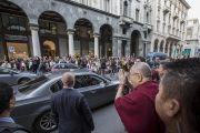 Его Святейшество Далай-лама приветствует своих почитателей по прибытии в отель в конце первого дня визита в Милан. Милан, Италия. 20 октября 2016 г. Фото: Тензин Чойджор (офис ЕСДЛ)