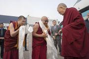 Тензин Кхенраб Ринпоче и Тхамтог Ринпоче встречают Его Святейшество Далай-ламу по прибытии в аэропорт Милана. Милан, Италия. 20 октября 2016 г. Фото: Тензин Чойджор (офис ЕСДЛ)