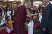 Его Святейшество Далай-лама общается со своими почитателями в институте изучения тибетского буддизма «Гепелинг». Милан, Италия. 20 октября 2016 г. Фото: Тензин Чойджор (офис ЕСДЛ)