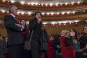 Одна из слушательниц задает вопрос Его Святейшеству Далай-ламе во время лекции для студентов Миланского университета Бикокка в театре Арчимбольди. Милан, Италия. 20 октября 2016 г. Фото: Тензин Чойджор (офис ЕСДЛ)