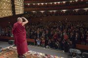 Его Святейшество Далай-лама по прибытии на сцену театра Арчимбольди, в котором собралось более 2400 слушателей. Милан, Италия. 20 октября 2016 г. Фото: Тензин Чойджор (офис ЕСДЛ)