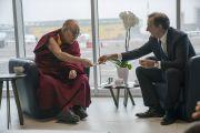 Его Святейшество Далай-лама угощает печеньем мэра Милана Джузеппе Салу во время их встречи в аэропорту Милана. Милан, Италия. 20 октября 2016 г. Фото: Тензин Чойджор (офис ЕСДЛ)