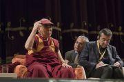 Его Святейшество Далай-лама отвечает на вопросы слушателей во время лекции для студентов Миланского университета Бикокка в театре Арчимбольди. Милан, Италия. 20 октября 2016 г. Фото: Тензин Чойджор (офис ЕСДЛ)